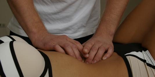 Osteopaat onderzoekt de organen in de buik
